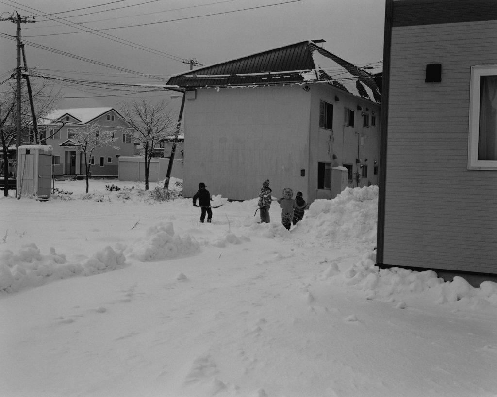 2017年12月 北海道網走市つくしが丘 除雪された雪でかまくらを作るこども