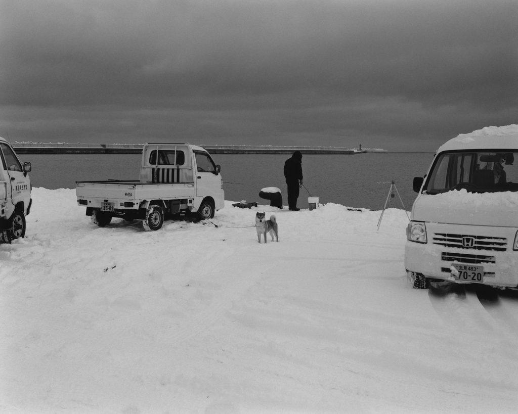 2017年12月 北海道網走市網走港第4埠頭 氷点下の中釣りをする市民