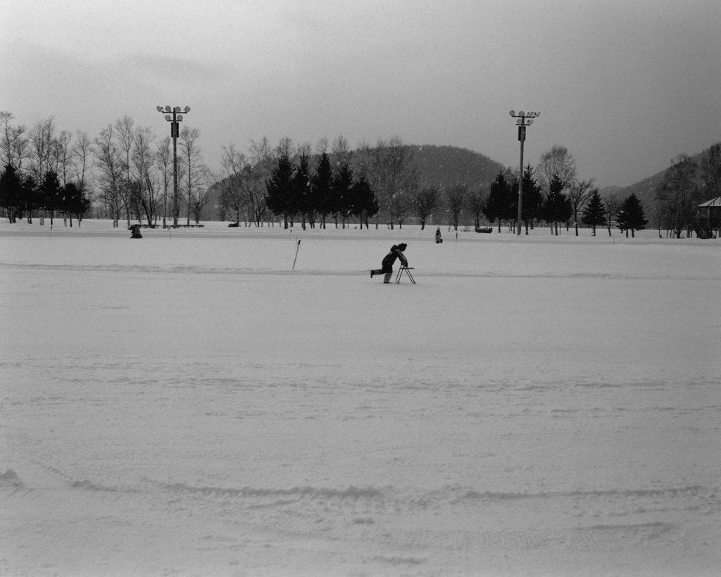 2018年1月 北海道網走市大曲 スケートの練習で椅子につかまりながら滑る子供